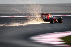 Daniel Ricciardo autója vet szikrákat, Red Bull Racing RB12
