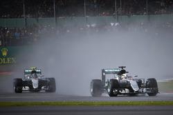 Льюис Хэмилтон, Mercedes AMG F1 едет впереди Нико Росберга, Mercedes AMG F1