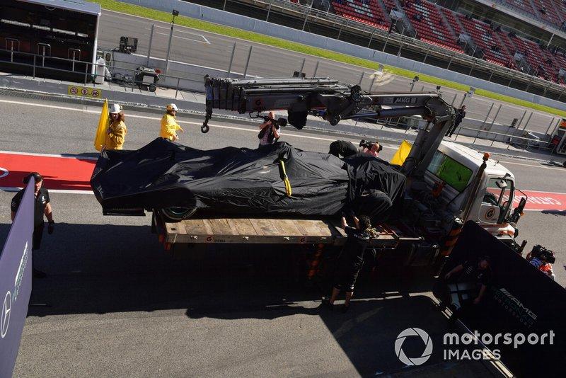 La monoplace de Valterri Bottas est ramenée au stand Mercedes