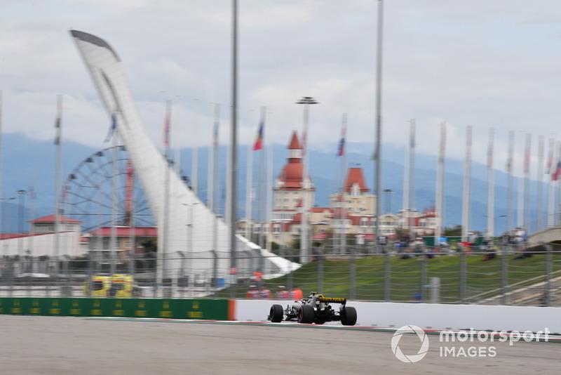 Atingido por Sergey Sirotkin pouco depois da largada, Carlos Sainz terminou em 17º