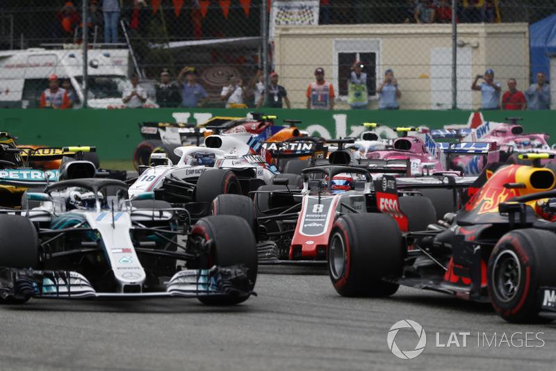 Max Verstappen, Red Bull Racing RB14, Valtteri Bottas, Mercedes AMG F1 W09, y Romain Grosjean, Haas F1 Team VF-18