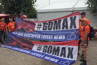 Fans van Max Verstappen met de #GoMax vlag