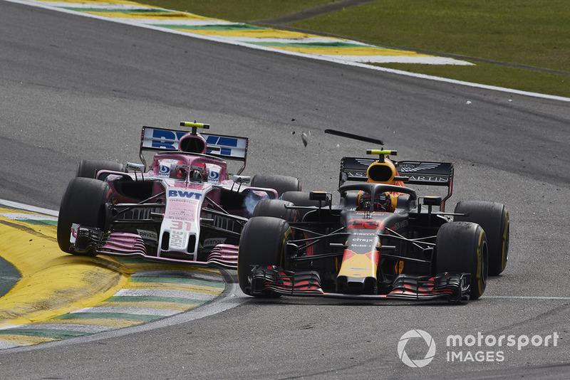 Max Verstappen, Red Bull Racing RB14 y Esteban Ocon, Racing Point Force India VJM11, hacen contacto