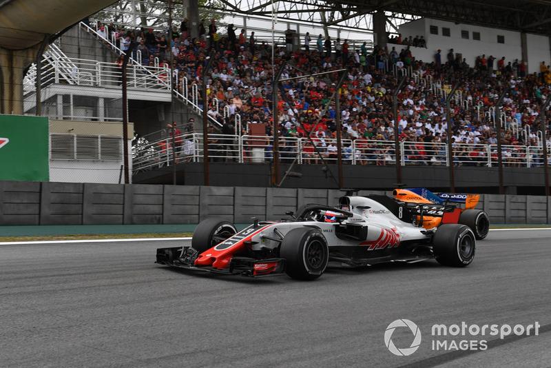 Ромен Грожан, Haas F1 Team VF-18 та Фернандо Алонсо, McLaren MCL33