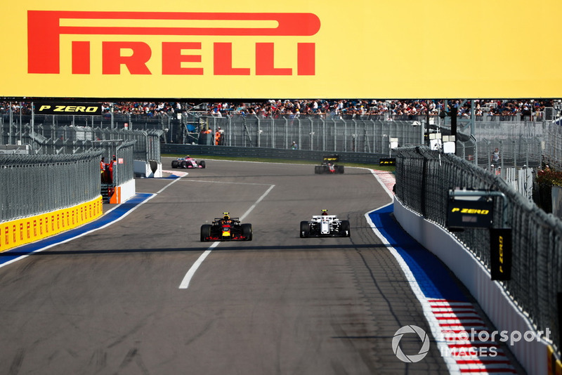 Max Verstappen, Red Bull Racing RB14, lidera a Charles Leclerc, Sauber C37