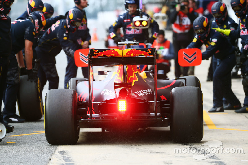 Daniel Ricciardo, Red Bull Racing RB12 practices a pit stop