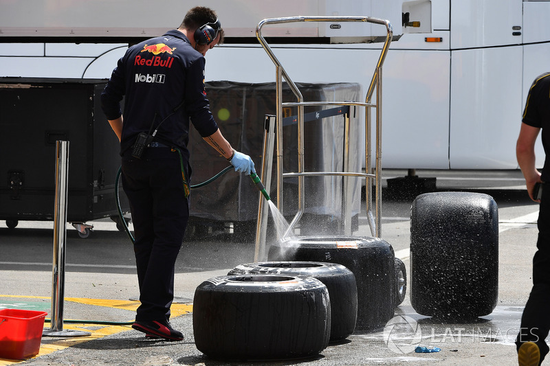 Механик Red Bull Racing моет шины Pirelli