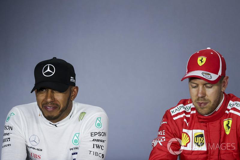Lewis Hamilton, Mercedes-AMG F1 y Sebastian Vettel, Ferrari en la conferencia de prensa