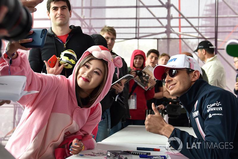 Una fan vestida de pantera rosa y Esteban Ocon, Force India F1