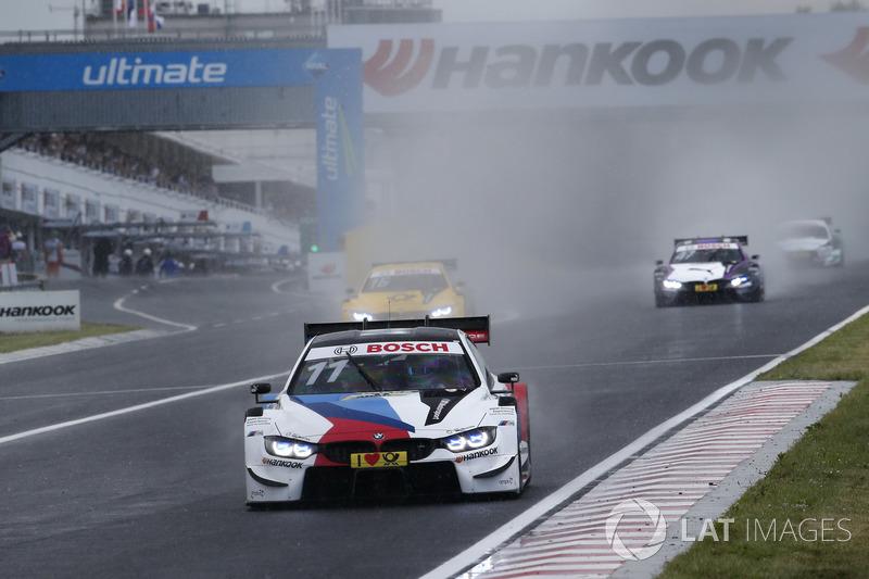 Проте саме гонщики BMW скористалися хаосом після дощу та червоними прапорами, які були через аварії на піт-лейн