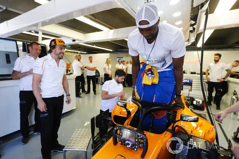 El español Serge Ibaka de Toronto Raptors de la NBA intenta el asiento en el auto de Fernando Al