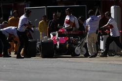 Marcus Ericsson, Sauber C37, pit stop action