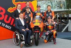 Pit Beirer, Capo del Motorsport KTM, Mika Kallio, Pol Espargaro, Bradley Smith, Hubert Trunkenpolz, Membri del Consiglio KTM, Mike Leitner, Team manager Red Bull KTM Factory Racing