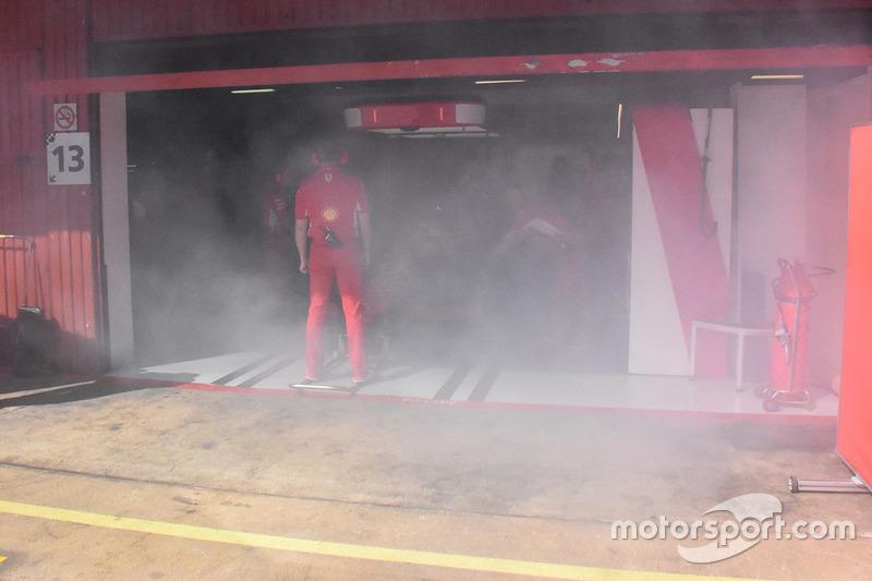 Na Ferrari, fumaça, mas nada grave.