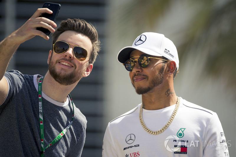 Lewis Hamilton, Mercedes-AMG F1, fait un selfie avec ses fans