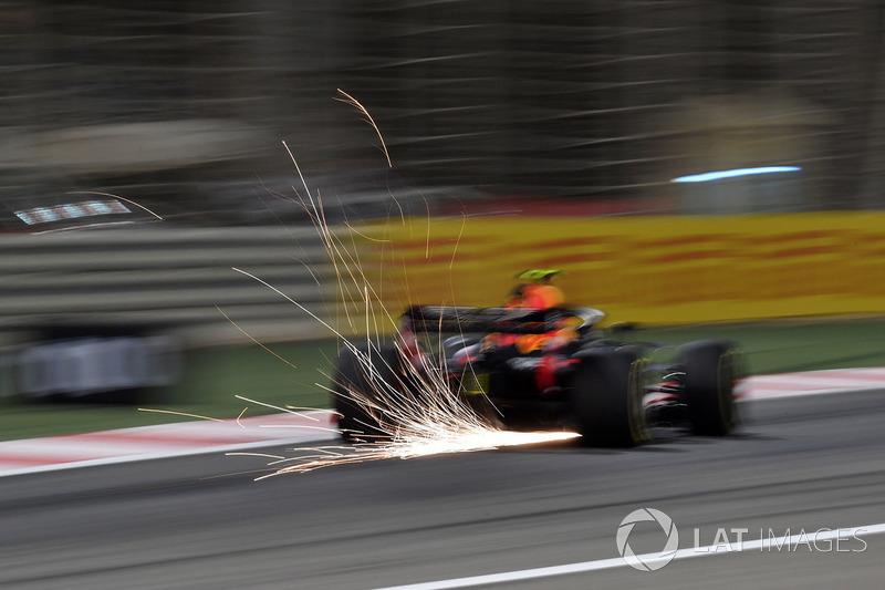 Max Verstappen, Red Bull Racing RB14 lâche des étincelles