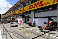 Haas F1 pit box preparations