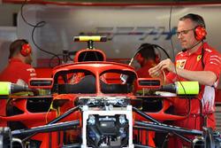 El Ferrari SF71H ien el espejo con los espejos en el Halo
