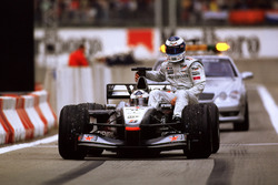 Mika Hakkinen, McLaren est ramené par David Coulthard, McLaren