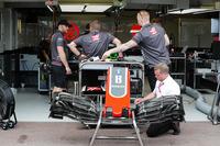 Membri del team Haas al lavoro sulla monoposto di Romain Grosjean, Haas F1 Team VF-18, in pit lane