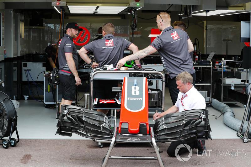 Kru Haas F1 Team VF-18 mempersiapkan mobil Romain Grosjean