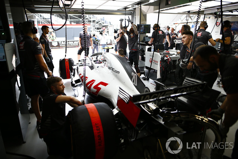 Kevin Magnussen, Haas F1 Team VF-18, in garage