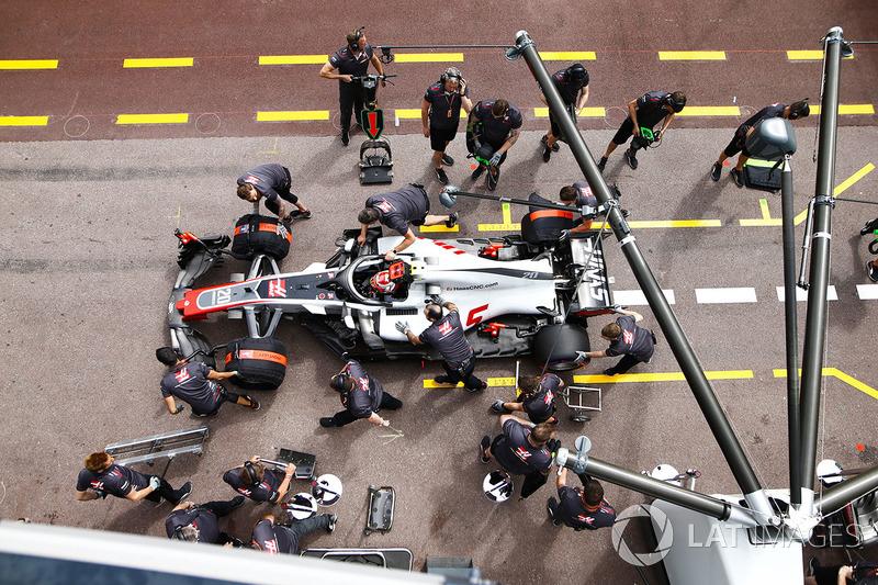 Kevin Magnussen, Haas F1 Team VF-18, di pit boks