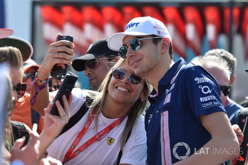 Esteban Ocon, Sahara Force India F1, selfie con un fan