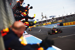 Max Verstappen, Red Bull Racing RB14, crosses the line to the cheers of his team to take second place