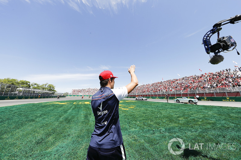 Lance Stroll, Williams Racing, lancia dei cappellini ai tifosi
