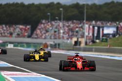 Sebastian Vettel, Ferrari SF71H, devant Nico Hulkenberg, Renault Sport F1 Team R.S. 18 et Carlos Sainz Jr., Renault Sport F1 Team R.S. 18