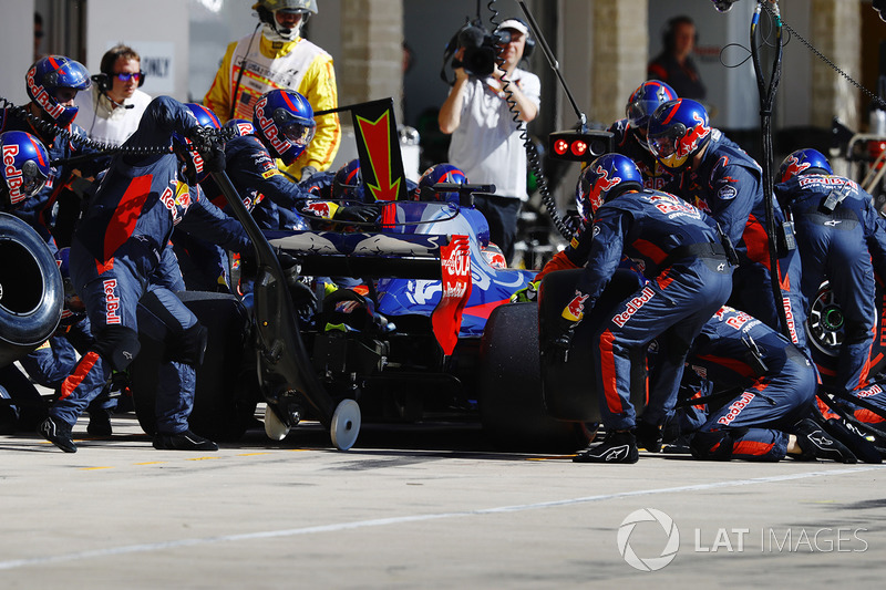 Brendon Hartley, Scuderia Toro Rosso STR12, pit stop