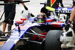 Brendon Hartley, Scuderia Toro Rosso STR12, in the pits