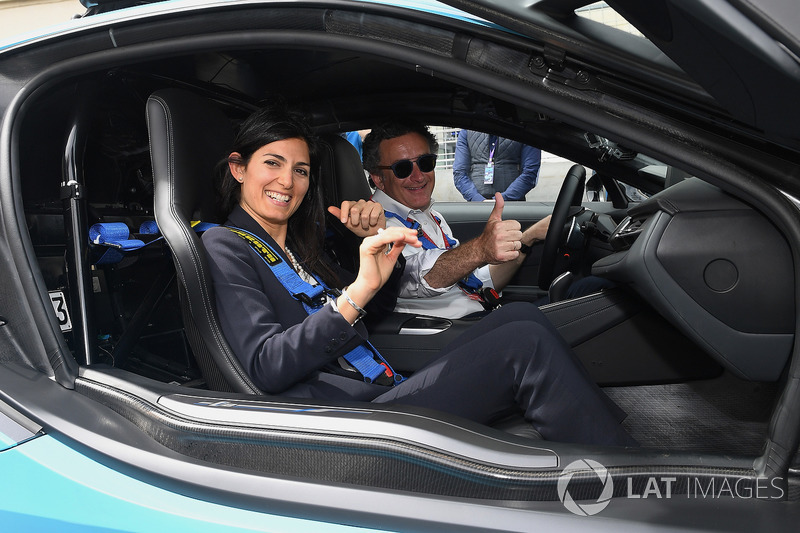 Alejandro Agag, CEO de Formula E, conduce a Virgini Elena Raggo, Alcaldesa de Roma, en el BMW i8 Qualcomm Safety car