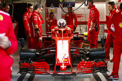 Kimi Raikkonen, Ferrari, esce dalla sua monoposto