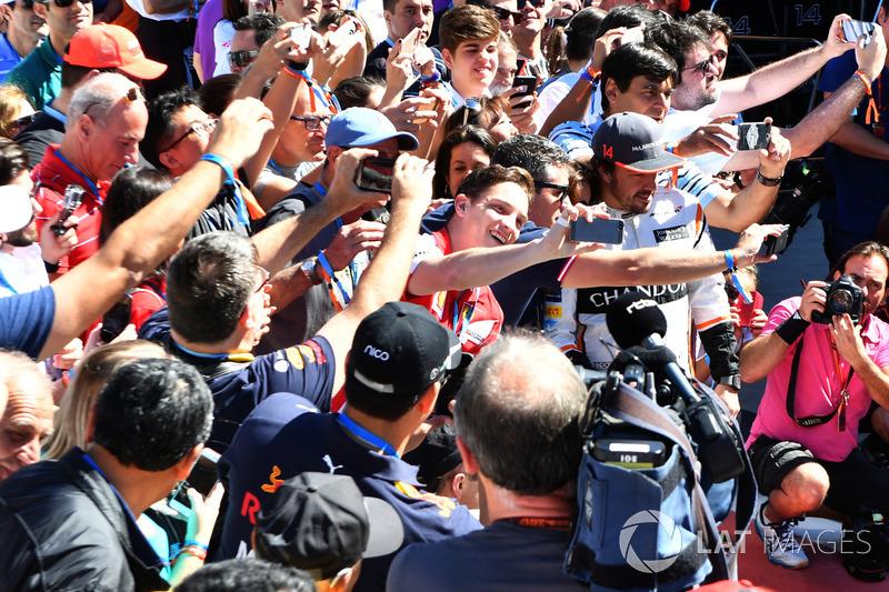 Fernando Alonso, McLaren y fans selfies