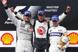 Podium: tweede Pedro de la Rosa, McLaren, race winnaar Jenson Button, Honda en derde Nick Heidfeld, BMW Sauber F1