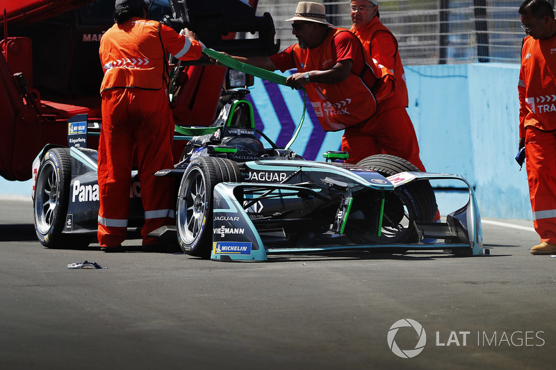 Marshals recover the crashed car of Nelson Piquet Jr., Jaguar Racing