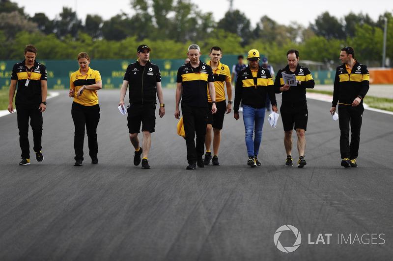 Carlos Sainz Jr., Renault Sport F1 Team, recorre el circuito con sus colegas