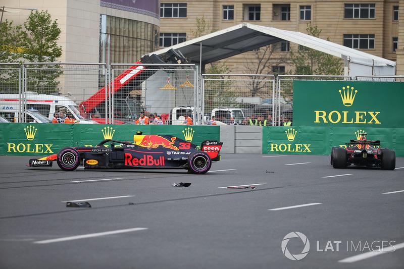 Los autos chocados de Max Verstappen, Red Bull Racing RB14 y Daniel Ricciardo, Red Bull Racing RB14