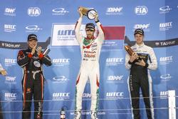 Podium : le vainqueur Esteban Guerrieri, Honda Racing Team JAS, Honda Civic WTCC, le deuxième Rob Huff, All-Inkl Motorsport, Citroën C-Elysée WTCC, le troisième Nicky Catsburg, Polestar Cyan Racing, Volvo S60 Polestar TC1