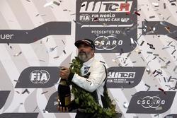 Podio: ganador de la carrera Yvan Muller, YMR Hyundai i30 N TCR