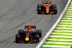 Max Verstappen, Red Bull Racing RB13, Fernando Alonso, McLaren MCL32