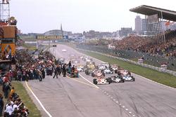 Старт гонки: лидирует Джеймс Хант, McLaren M26