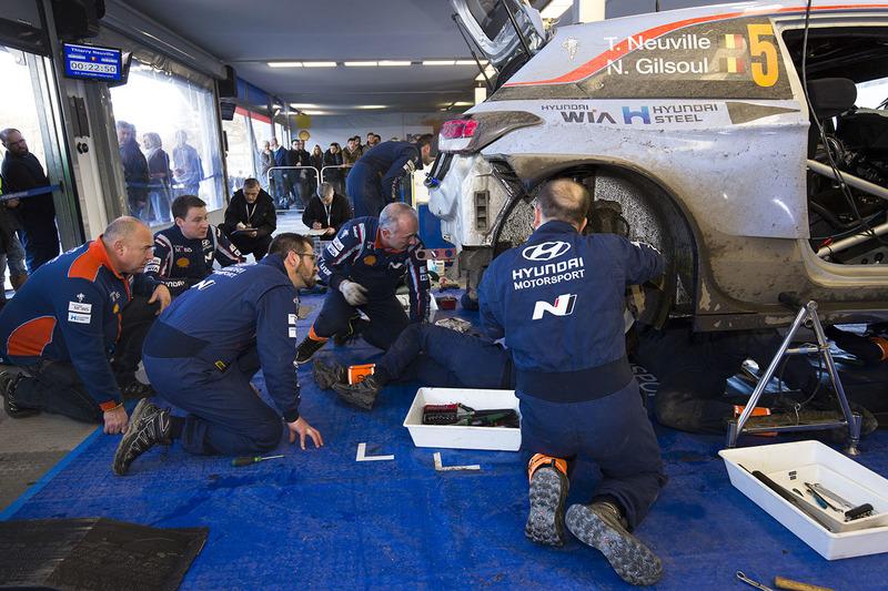 Mecánicos de Hyundai Motorsport trabajando