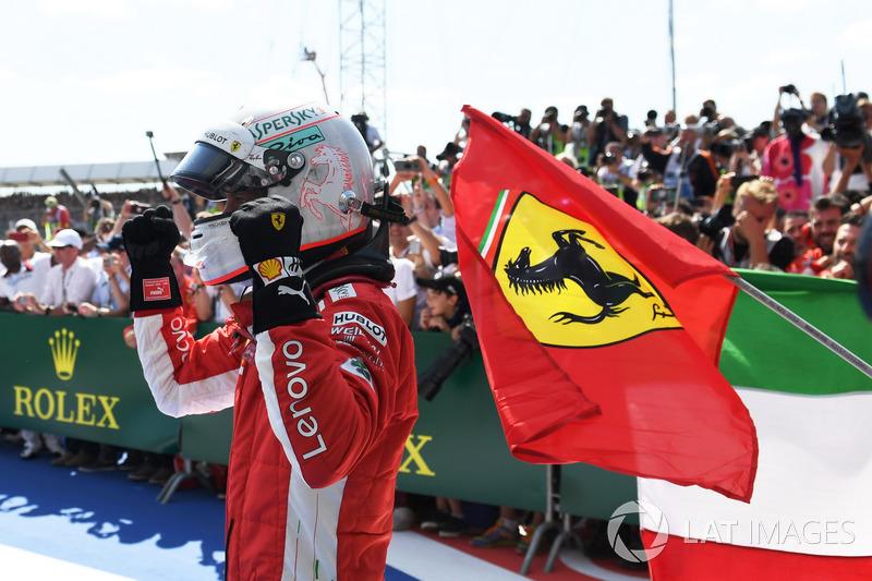 Sebastian Vettel, Ferrari SF71H, merayakan kemenangannya di parc ferme