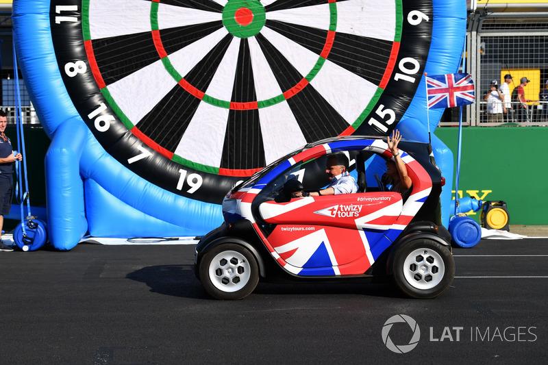 Natalie Pinkham, Sky TV et Johnny Herbert, Sky TV dans une Renault Twizy