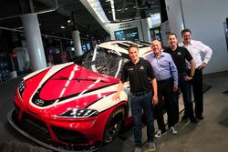 Christopher Bell y Kyle Busch con el 2019 NASCAR Xfinity Toyota Supra