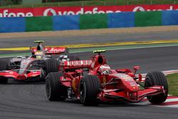 Kimi Raikkonen, Ferrari F2007 precede Lewis Hamilton, McLaren MP4/22
