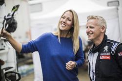 Un mécanicien Peugeot Sport donne une interview dans le bivouac